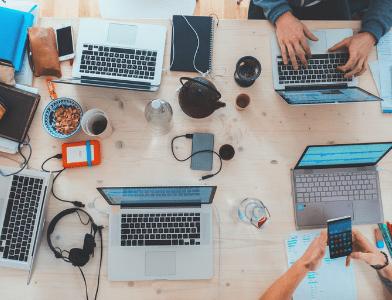 Zusammenarbeit am Laptop